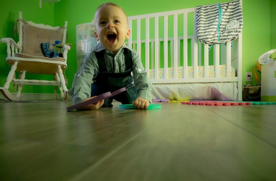 Baby Spiele, Babyspielzeug, Baby spielt