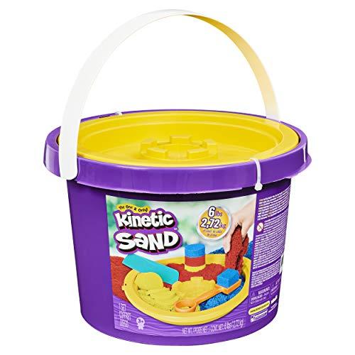 Kinetic Sand 6058787, 2,72 kg Eimer mit 3 Sandfarben und 3 Werkzeugen für kreatives Spielen, für Kinder...