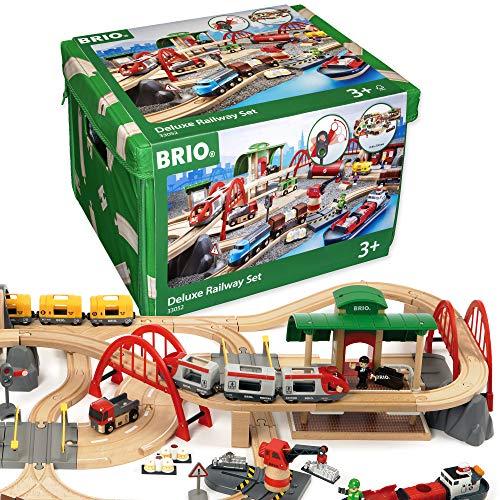 BRIO World 33052 Straßen und Schienen Bahn Set Deluxe – Schienenset für die BRIO Eisenbahn mit...